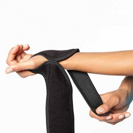 Kraft Handgelenk Bandage BOOMERANG WRIST WRAP: Legen Sie Ihren Daumen in die Schleife und schließen Sie das erste Band
